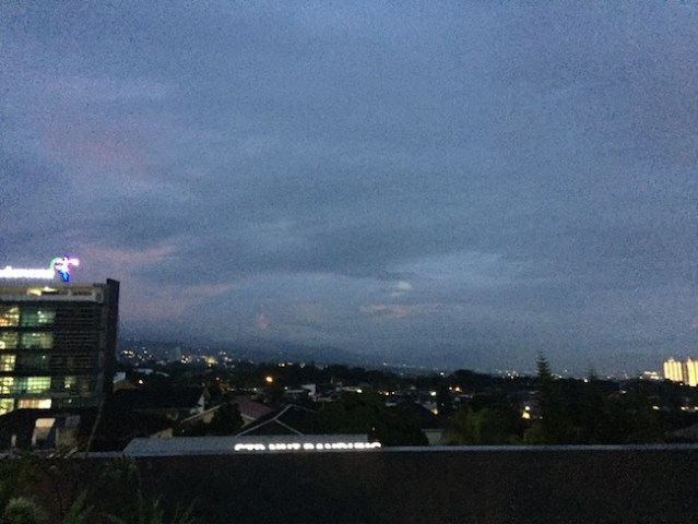 Langit Bandung yang ditutupi awan. Kredit: Avivah Yamani