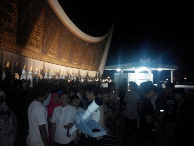 Antrian pengunjung menanti observasi bulan super darah biru di depan teleskop yang berada di pelataran Masjid Raya Sumbar. Kredit: Aldino Adry Baskoro
