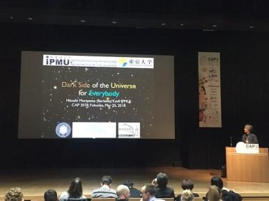 Hitoshi Murayama menyampaikan bagaimana mengatasi tantangan memperkenalkan astronomi pada publik agar mudah dipahami. Kredit: Avivah Yamani