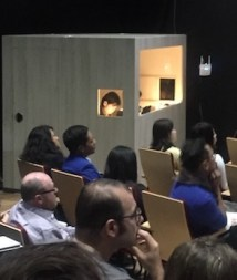Booth bahasa isyarat di ruang utama presentasi CAP2018. Materi paparan umum diterjemahkan dalam bahasa isyarat untuk penyandang disabilitas. Kredit: Avivah Yamani