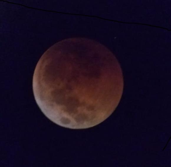 Suasana pengamatan sesi kedua. Citra bulan pada fase gerhana total berhasil diabadikan oleh santri melalui kamera ponsel. Kredit foto: Diniyyah Science Center