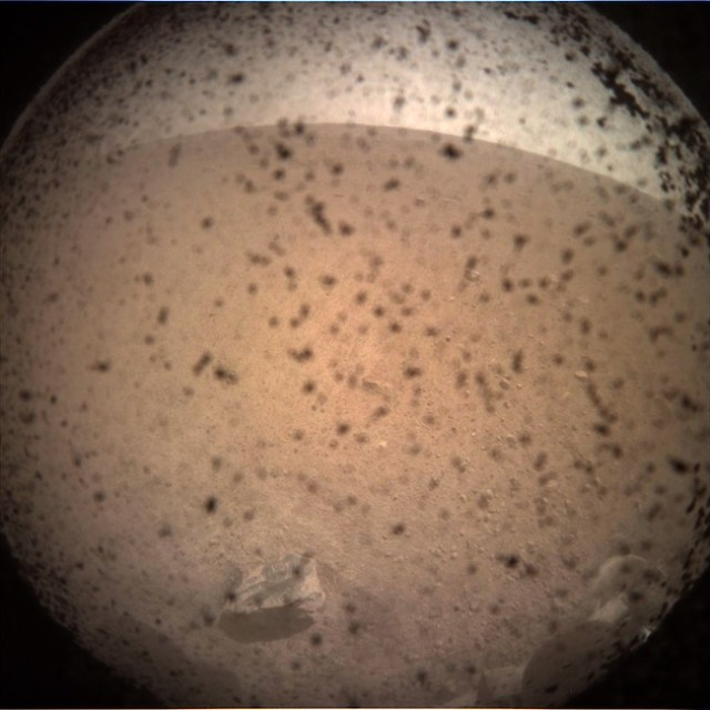Citra pertama InSight setelah mendarat di Mars. Kredit: NASA/JPL-Caltech