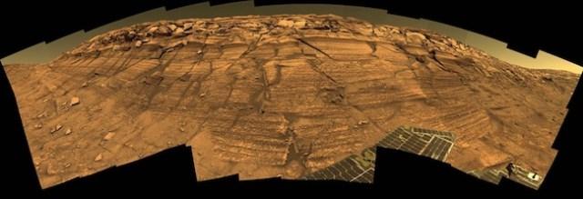 Lapisan batuan pada tebing Kawah Endurance yang memperlihatkan ragam batuan yang pernah berada pada periode basah dan kering. Kredit: NASA/JPL-Caltech/Cornell