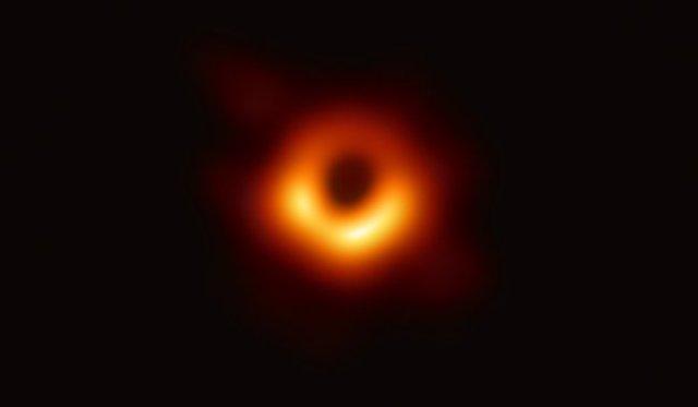 Citra pertama Lubang Hitam di pusat M87 yang dipotret oleh Event Horizon telescope. Kedit: Kolaborasi EHT