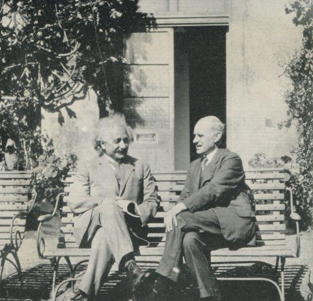 Pertemuan Albert Einstein dan Artur Eddington pada tahun 1930 di Observatorium di Cambridge. Kredit: National Portrait Gallery, London / The Royal Observatory Greenwich