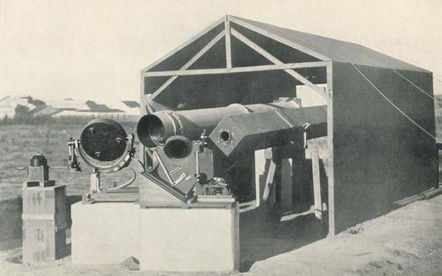 Situs pengamatan di Sobral, Brasil. Foto ini merupakan foto teleskop yang digunakan saat pengamatan GMT 1919 di Sobral. Kredit: Charles Davidson / The Royal Observatory Greenwich