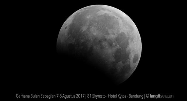 Gerhana Bulan Sebagian 7-8 Agustus 2017. Dipotret dari 81 Skyresto - Hotel Kytos - Bandung. Kredit: langitselatan