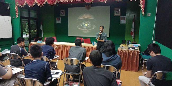 Widya Sawitar sedang mengajar para peserta Olimpiade Sains Nasional di Planetarium dan Observatorium Jakarta. Kredit: Eka Widyandari
