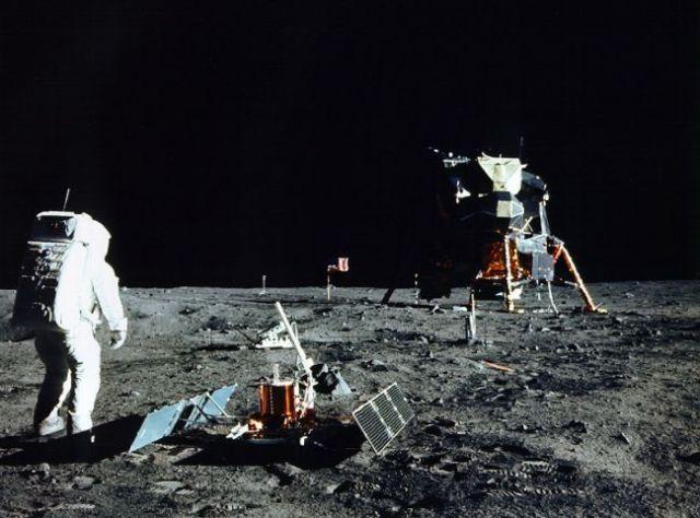 Edwin Aldrin saat mempersiapkan eksperimen seismik di Bulan. Kredit: NASA