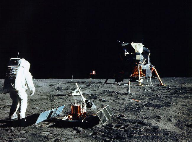 Edwin Aldrin saat mempersiapkan percobaan seismik di Bulan. Kredit: NASA