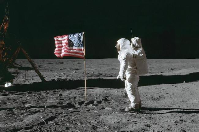 """Edwin """"Buzz"""" Aldrin berpose dengan bendera Amerika di Bulan. Kredit: NASA"""