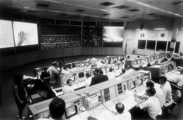 Suasana ruang kontrol saat pendaratan Apollo 11. Kredit: NASA