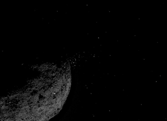 Semburan partikel dari asteroid Bennu yang terjadi 19 Januari dan difoto oleh OSIRIS-REx. Kredit: NASA