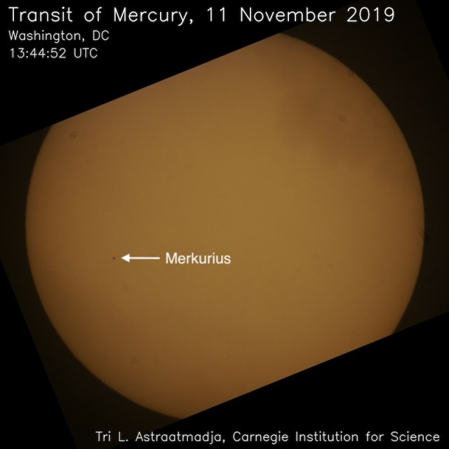 Gambar 1. Transit Merkurius pada tanggal 11 November 2019, difoto dari Washington, DC, Amerika Serikat, menggunakan Teleskop Celestron Celestar Schmidt-Cassegrain 8 inci dan Kamera Sony A6000. Posisi Merkurius ditandai dengan panah. Sumber: Tri. L. Astraatmadja