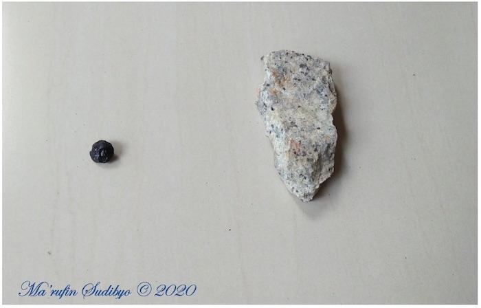 Gambar 2. Sampel Batu Satam (kiri) dan Granit Belitung (kanan). Dua komponen tulangpunggung taman bumi (Geopark) Belitung. Sumber: Sudibyo/koleksi pribadi, 2019.