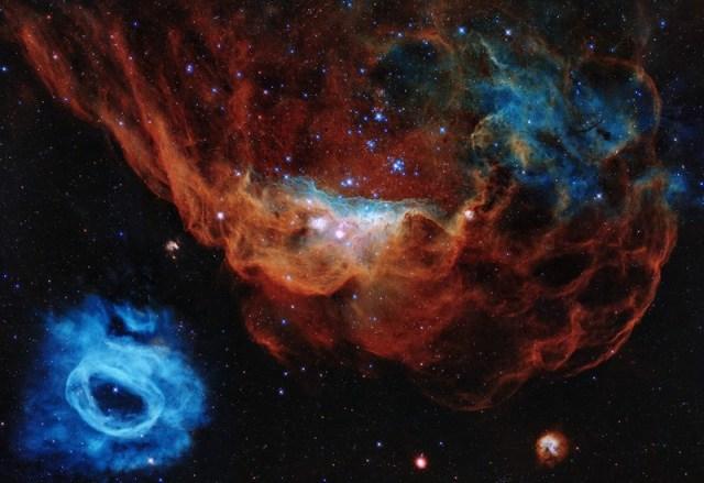 Foto Cosmic Reef karena dua nebula di foto ini terlihat seperti dunia bawah laut. Kredit: Teleskop Hubble / NASA / ESA