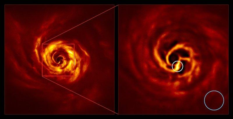 Piringan protplanet di sekeliling bintang Auriga AB dan perbesaran area pusat di mana lokasi pembentukan planet diduga berada. Area puntiran kuning terang dalam lingkaran merupakan area di mana planet sedang terbentuk. Kredit: ESO/Boccaletti et al.