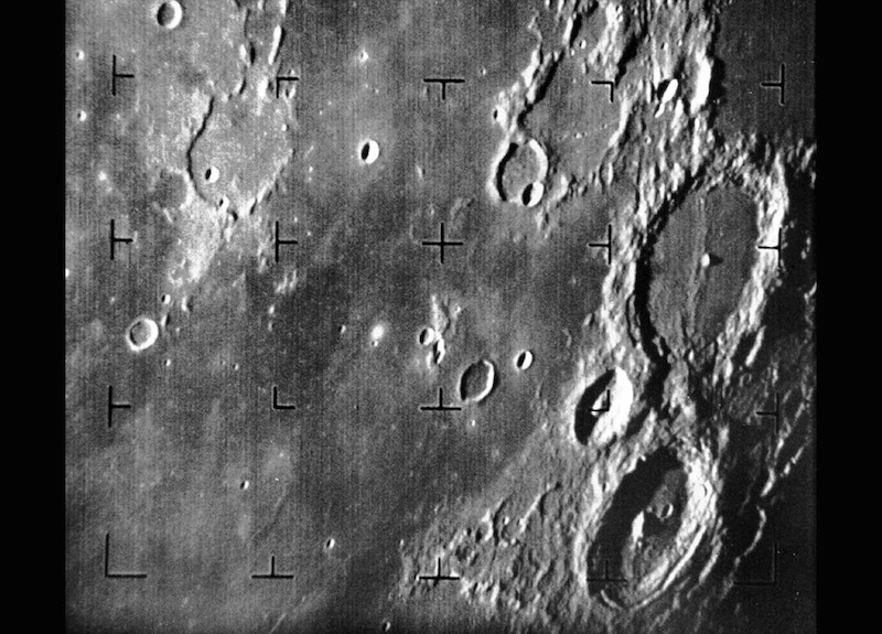 Foto pertama Bulan yang dipotret Wantariksa Ranger 7. Kredit: NASA