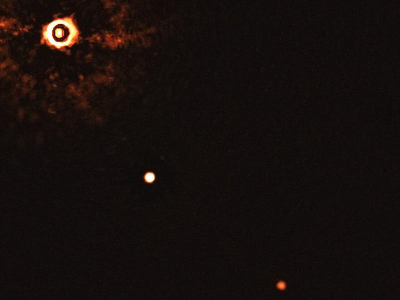 Potret sistem TYC8998-760-1 yang beranggotakan dua eksoplanet TYC 8998-760-1b dan TYC 8998-760-1c. Kredit: ESO/Bohn et al.