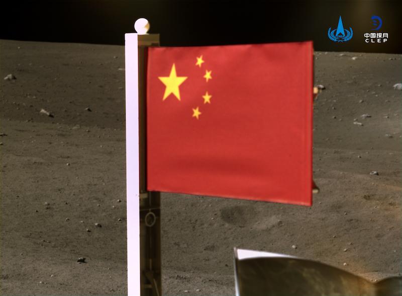 Chang'e 5 mengibarkan bendera Republik Rakyat Tiongkok di Bulan. Kredit: CLEP/CNSA