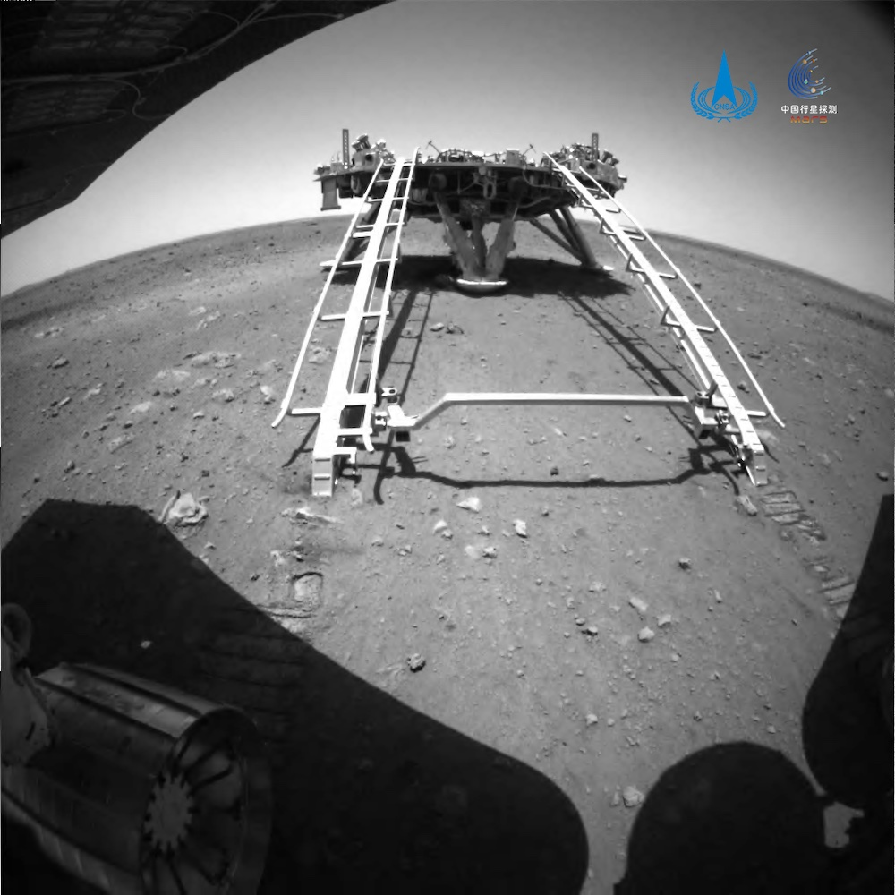 Zhu Rong memotret Patroli Pendarat Tianwen-1 dari permukaan Mars. Kredit: CNSA