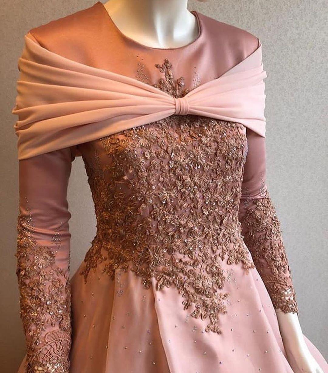 Gaun dengan brokat mewah