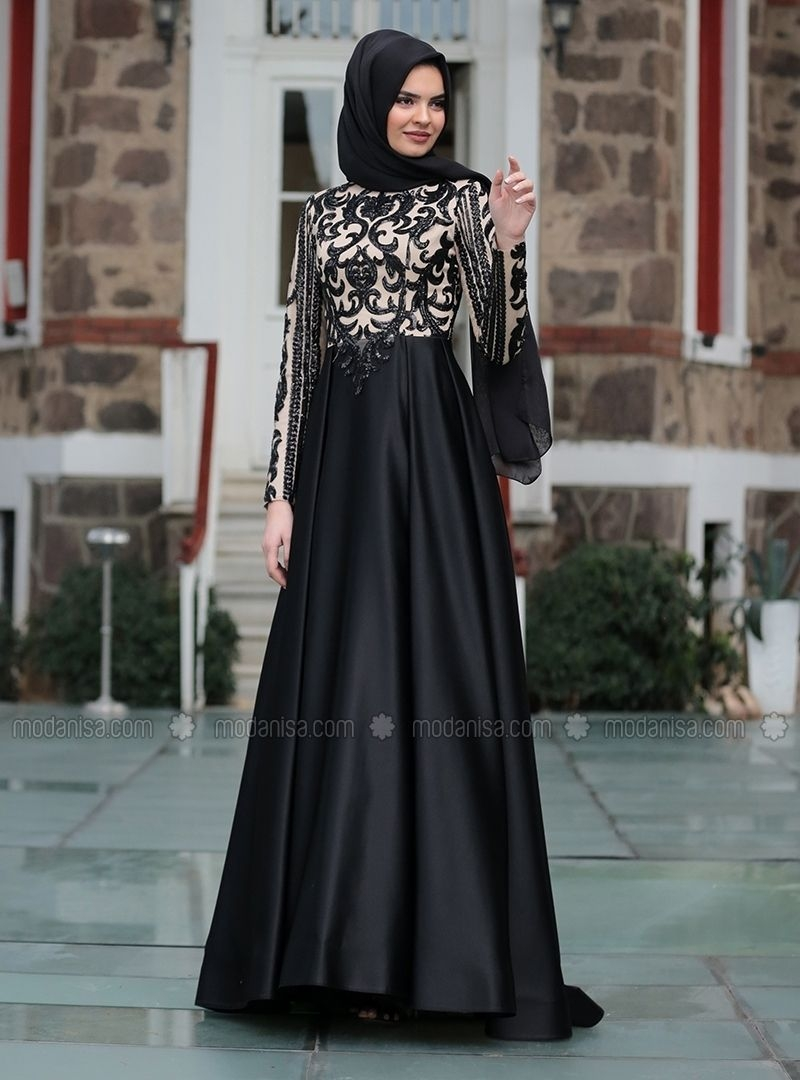 Gaun hitam dengan brokat cream