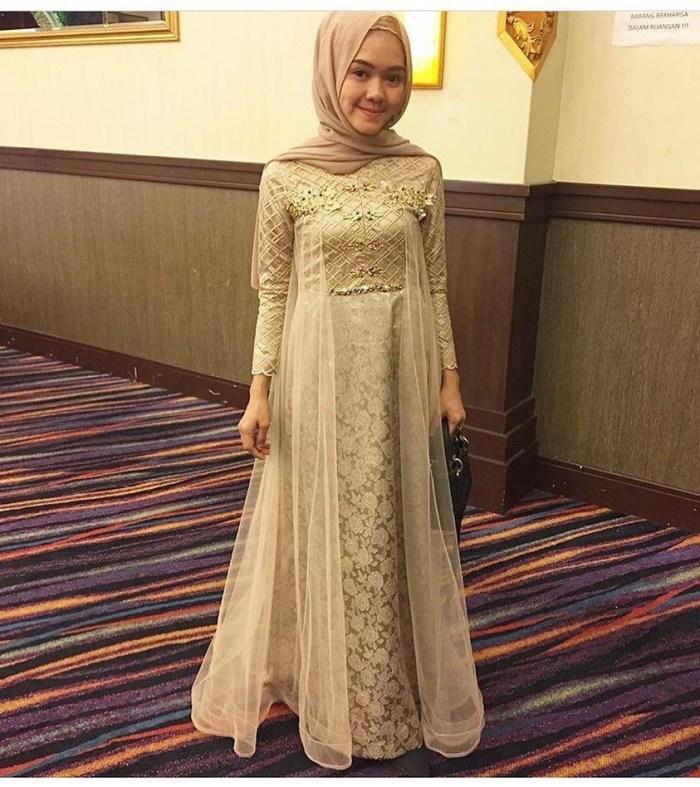 Gaun pesta warna cream