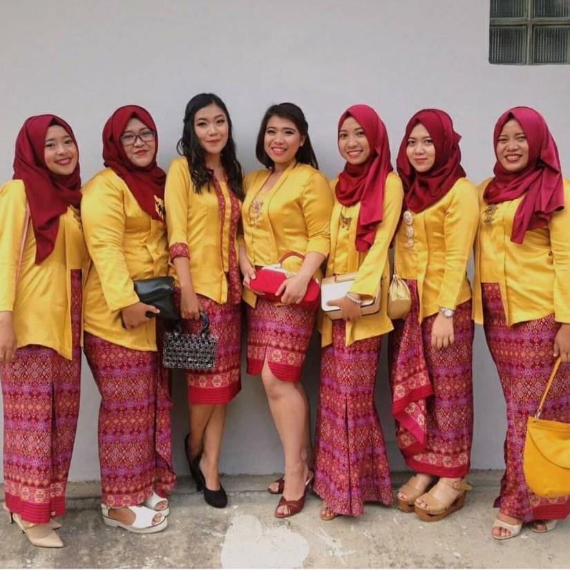 Kebaya kutu baru hijab dengan warna kuning dan merah