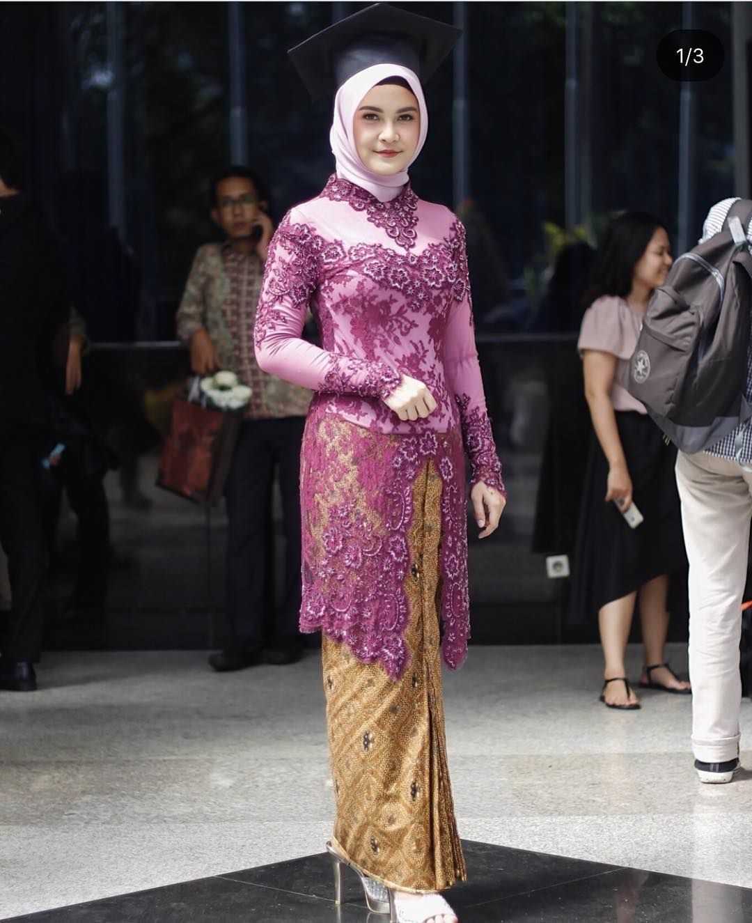 kebaya wisuda modern hijab dengan model panjang