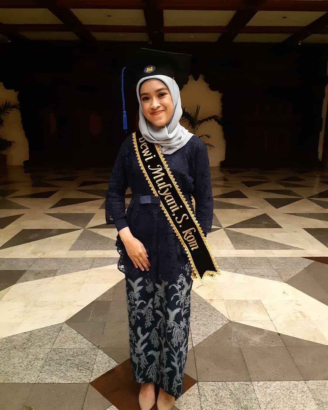 kebaya wisuda modern hijab dengan warna gelap