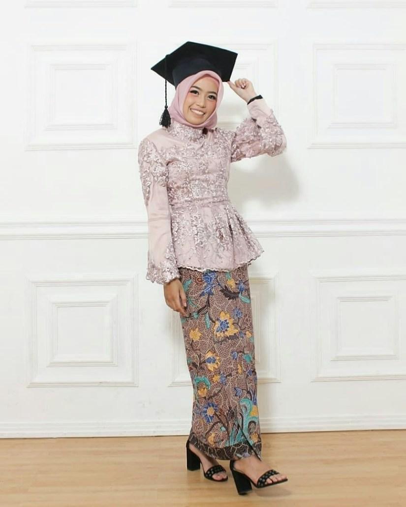 kebaya wisuda modern hijab yang simple