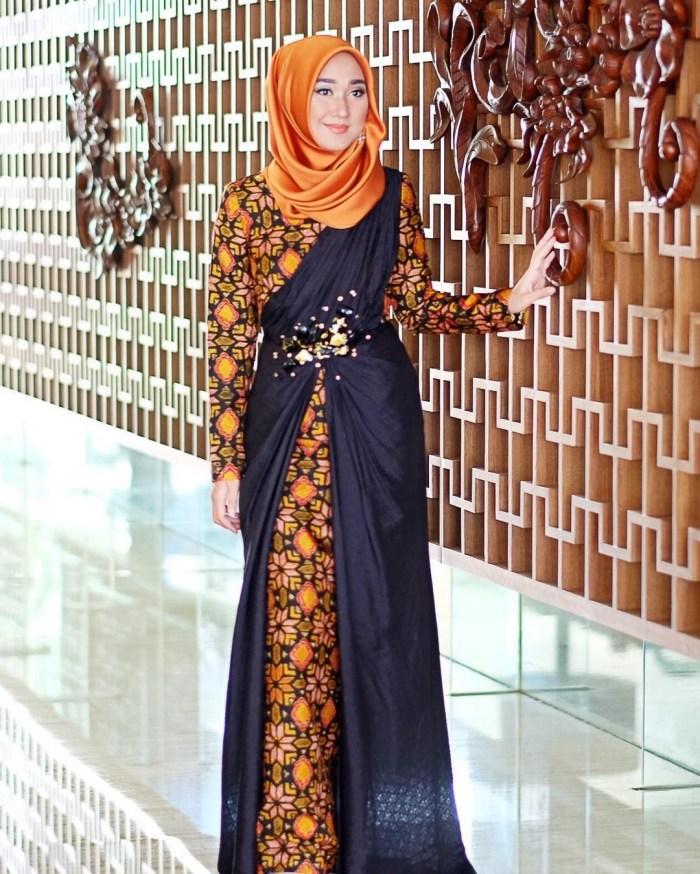 Kombinasi kain batik dengan kain berwarna hitam