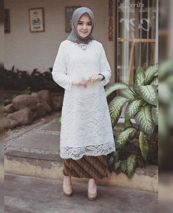 Outfit kondangan warna putih