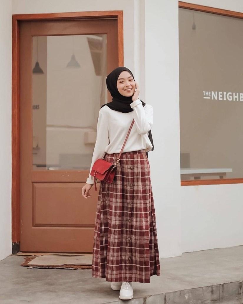 Style baju hijab simple dengan skirt motif