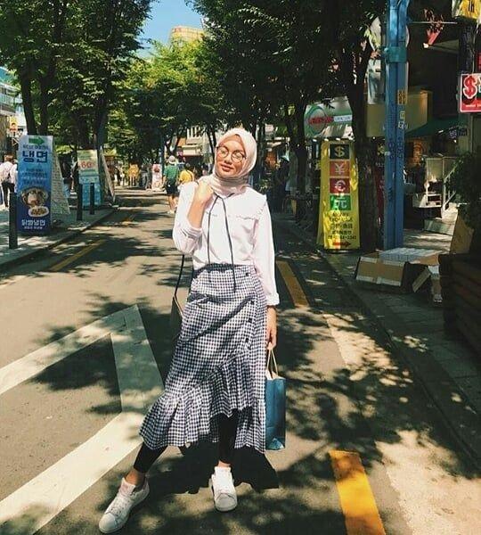 inspirasi tampil stylish dengan ootd hijab rok wokeid