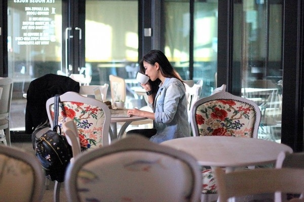 gaya foto duduk di cafe foto candid kekinian
