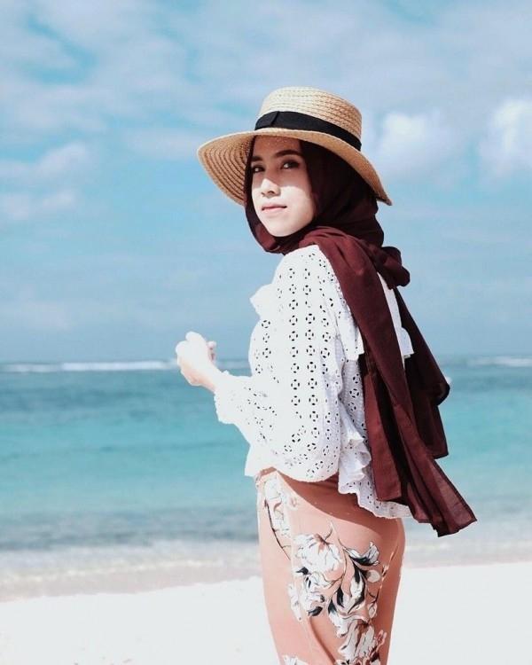 outfit untuk ke pantai hijab