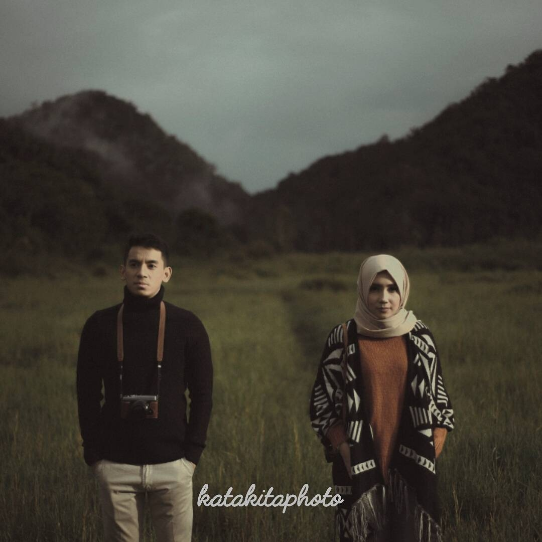 pose model hijab casual outdoor