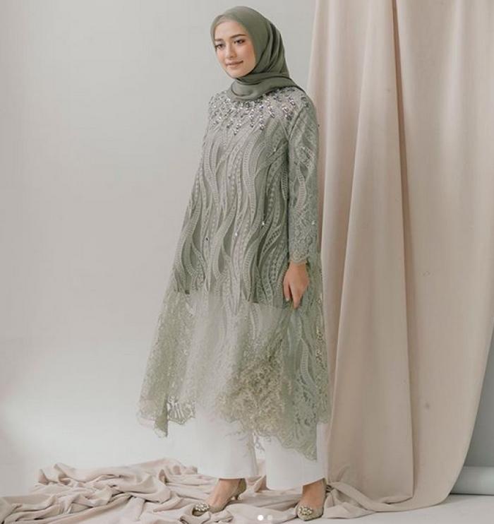 6 model outfit hijab elegan warna pastel untuk kondangan