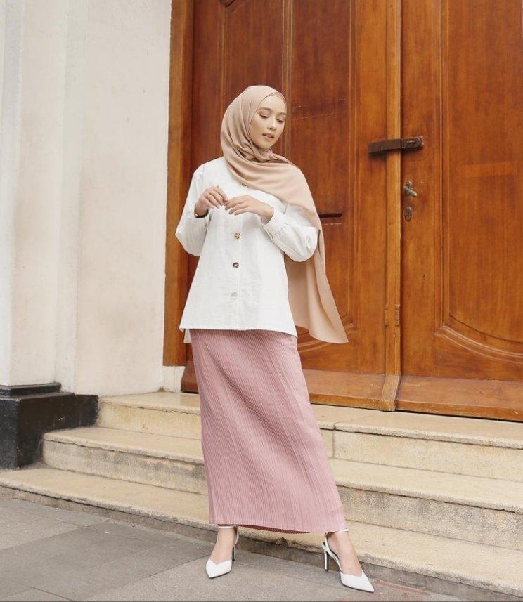 fashionable dengan hijab pastel muslimah cantik