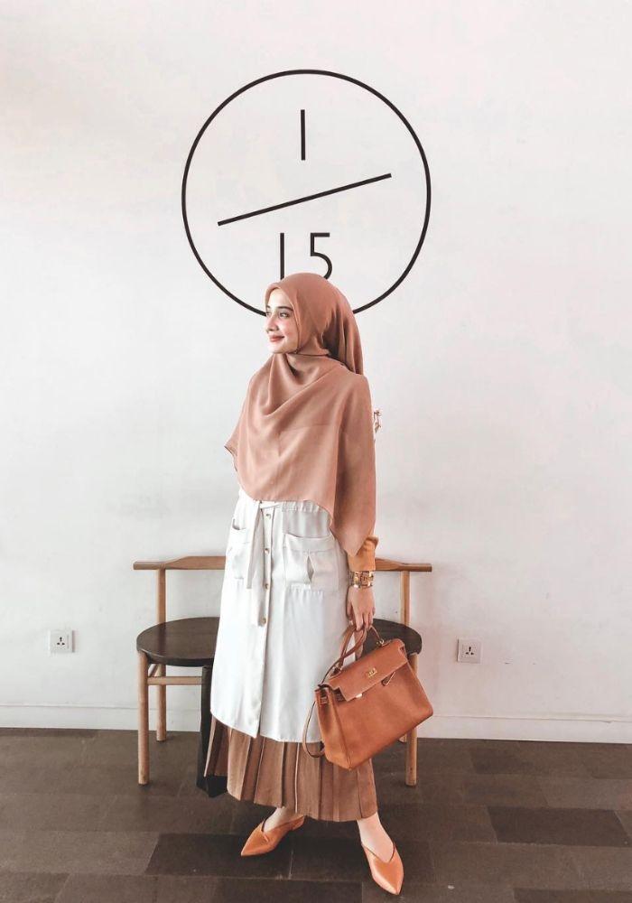 inspirasi padu padan busana hijab dengan rok plisket ala