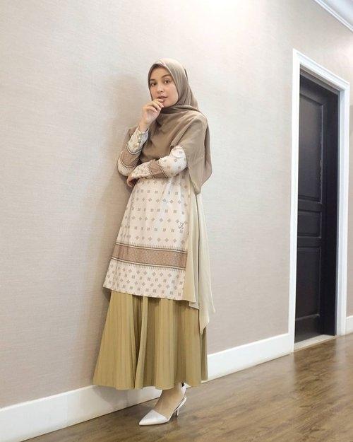 model outfit ramadhan pakai tunik dan rok plisket