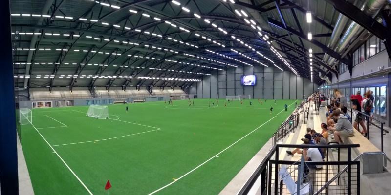 Udover at stå på langrend indendørs, så er der også en fuld størrelse indendørs fodboldbane i Skidome