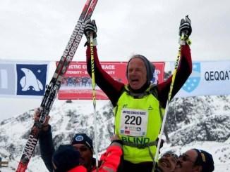 Den blinde langrendsløber Arne Christensen lykkelig i mål efter Artic Cicle Race