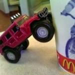 Utdelning från en snabbmats- respektive leksaksjätte