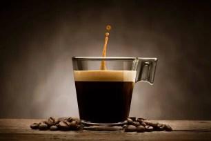 al bar un caffè per favore