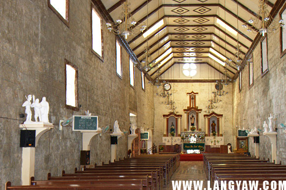 Interior of the church. Original <strong>azulejos</strong> (blue tiles) can still be found at the altar floor. The walls are more than a meter thick.