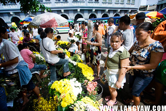 Infront of USJR, a university, buyers and sellers alike haggle for the best price.
