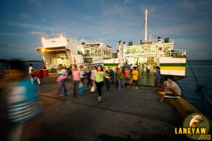 Passengers that just arrived in Roxas, Mindoro Oriental from Caticlan